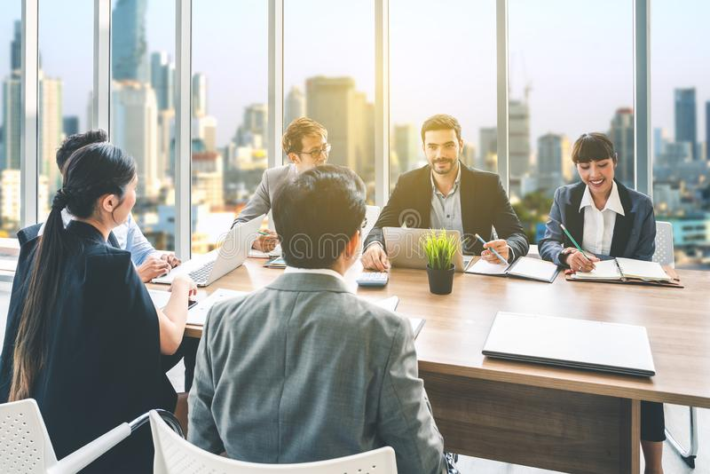 Zakenlui die samen in conferentieruimte tijdens vergadering op kantoor bespreken stock fotografie