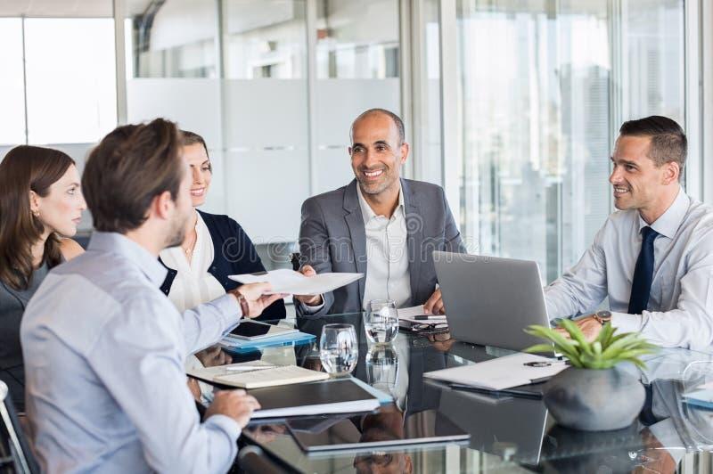Zakenlui die in vergadering werken stock foto