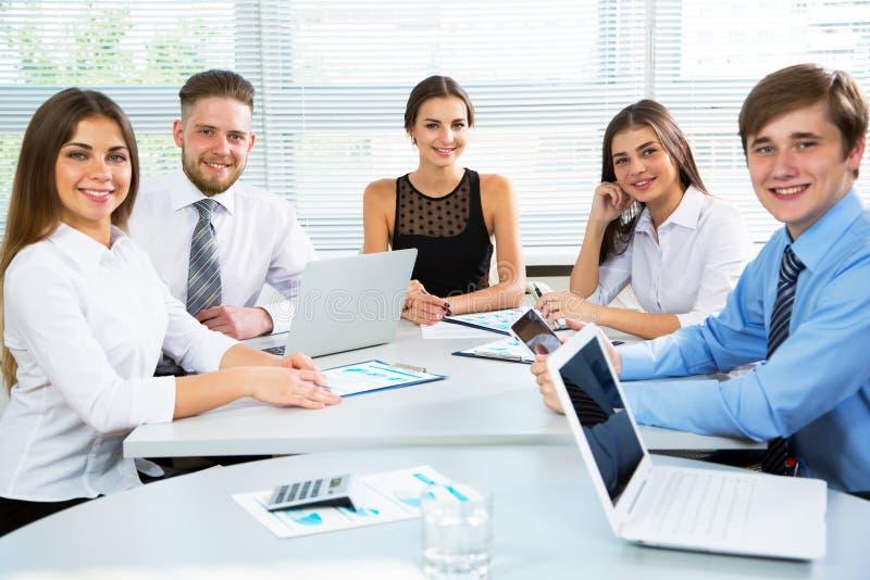 Zakenlui in een vergadering op kantoor royalty-vrije stock afbeelding