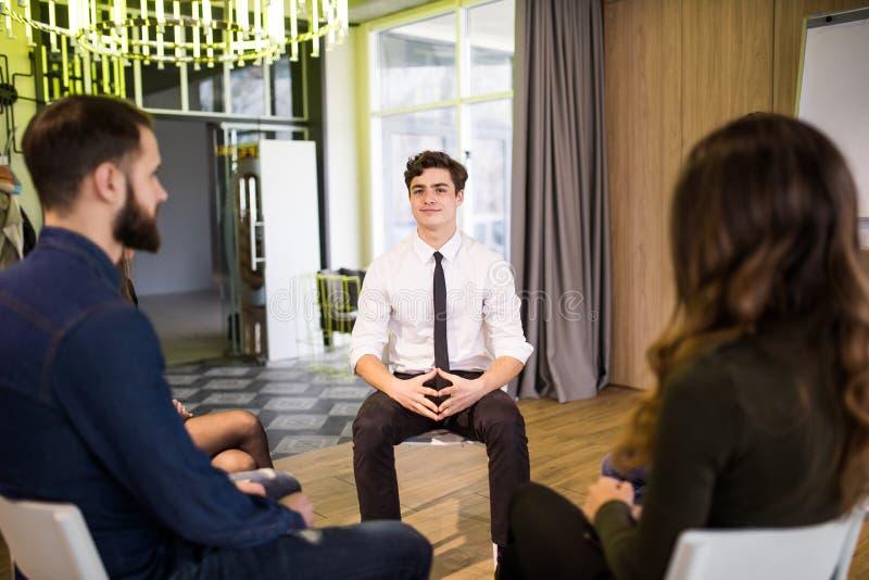 Zakenlui gezet in cirkel op de vergadering van het bedrijfseminarie royalty-vrije stock foto