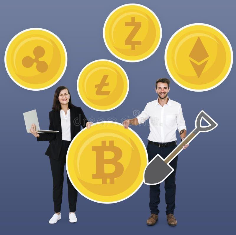 Zakenlui met diverse cryptocurrencies en pictogrammen van het mijnbouwconcept stock fotografie