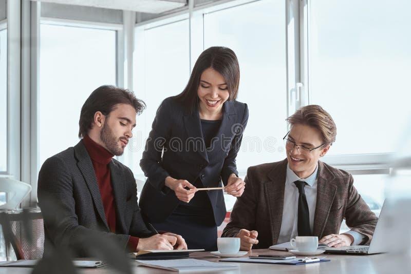 Zakenlui op kantoor die samen het ondertekenen van overeenkomst werken stock foto