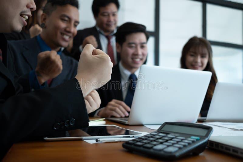 Zakenluiwapens omhoog samen het zakenlui die in bureausucces vieren behandelt zaken, bedrijfsconcept, bedrijfssucces stock foto