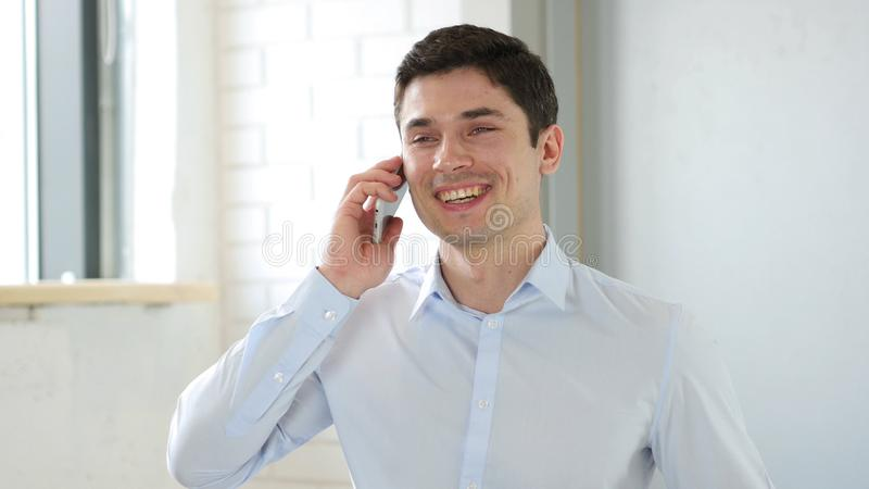 Zakenman Answering Phone Call in Bureau royalty-vrije stock fotografie