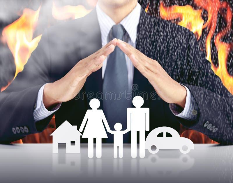 Zakenman, auto, familie, huis met brandachtergrond royalty-vrije stock foto