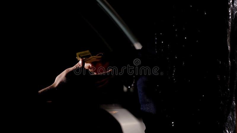 Zakenman in auto het kopen heroïne van handelaar in openlucht, het onwettige handel drijven royalty-vrije stock foto