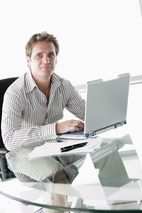Zakenman in bestuurskamer met laptop royalty-vrije stock foto