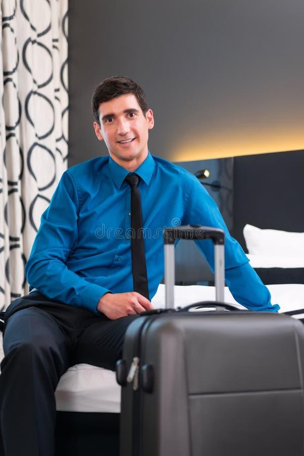 Zakenman bij aankomst in hotelruimte stock afbeeldingen