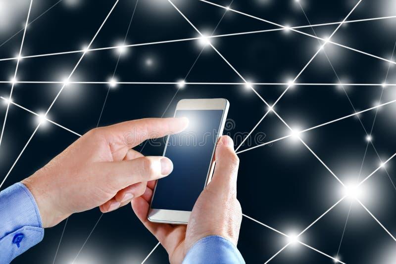 Zakenman bij het gebruiken van de vliegende interface van de netwerkverbinding Handmens met smartphone mobiele online royalty-vrije stock afbeelding