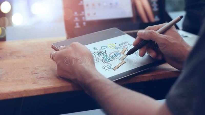 Zakenman bij het trekken van en het schrijven van marketing plan op digitale computer planning Digitaal marketing en strategie be stock afbeelding