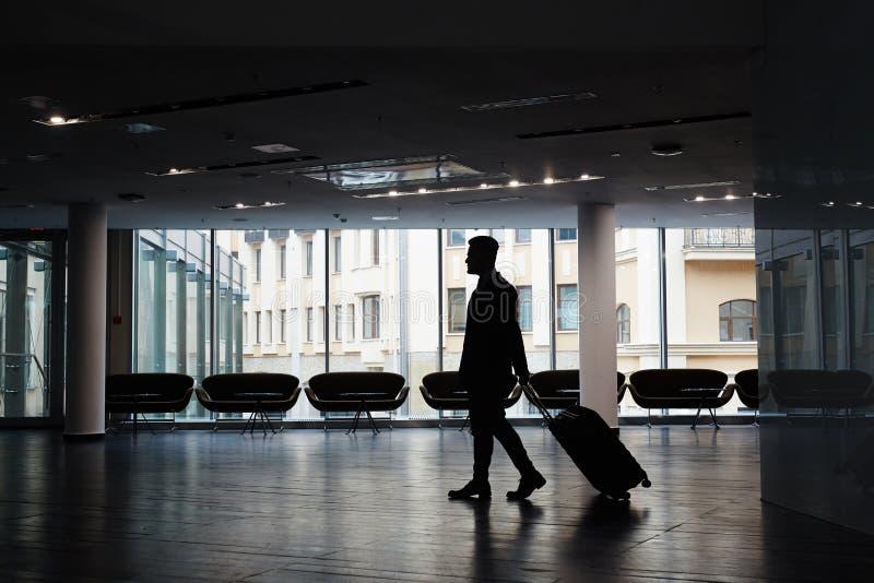 Zakenman bij Moderne Luchthaven royalty-vrije stock afbeeldingen