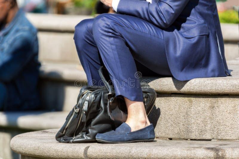 Zakenman in blauw kostuum in openlucht in de zomer geen sokken royalty-vrije stock afbeeldingen