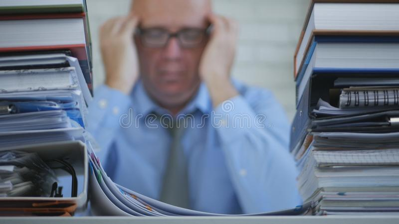Zakenman In Blurred Image die Peinzend Zenuwachtig en Vermoeid Binnenlands Bureau denken royalty-vrije stock afbeelding