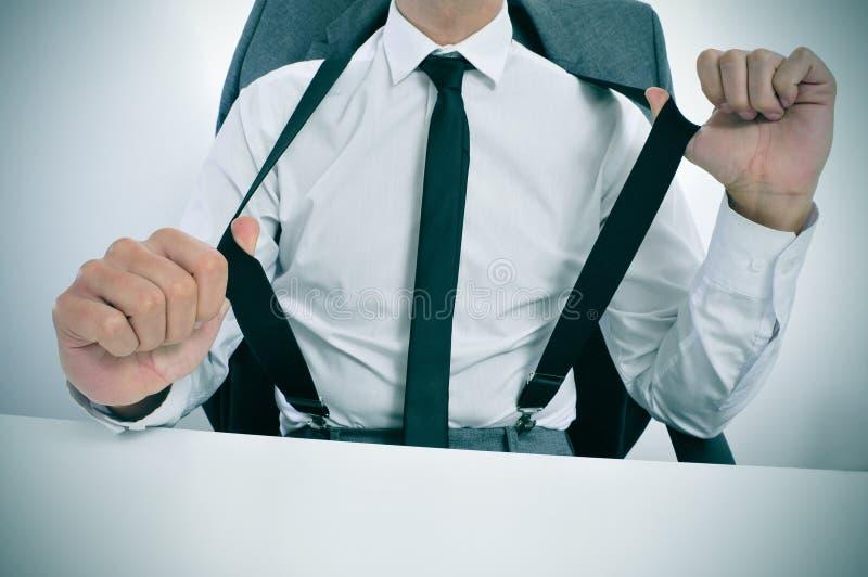 Zakenman in bretels in het bureau royalty-vrije stock fotografie