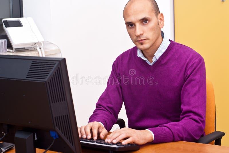 Zakenman in bureau stock foto