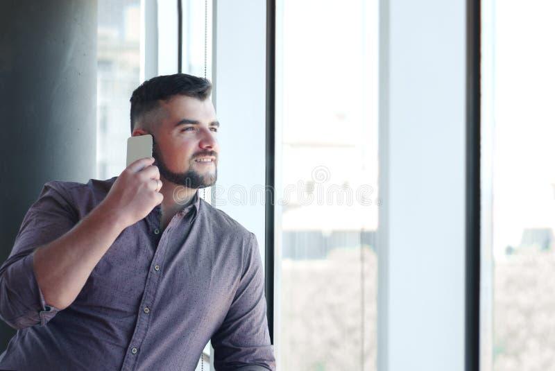 Zakenman in bureau, bij werkplaats met contract in handen Happ stock fotografie