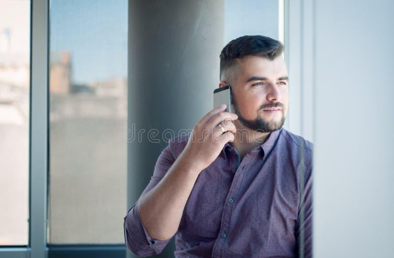Zakenman in bureau, bij werkplaats met contract in handen Happ royalty-vrije stock afbeelding