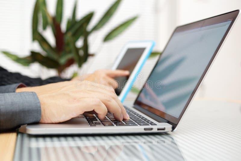 Zakenman in bureau het typen op toetsenbord met onderneemsterusi royalty-vrije stock afbeelding