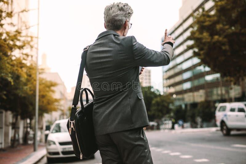 Zakenman Calling Taxi royalty-vrije stock fotografie