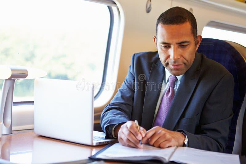 Zakenman Commuting To Work op Trein en het Gebruiken van Laptop royalty-vrije stock afbeeldingen