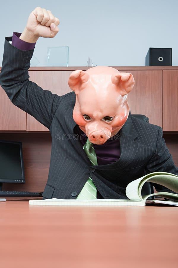Zakenman in de lezing van het varkensmasker stock afbeelding