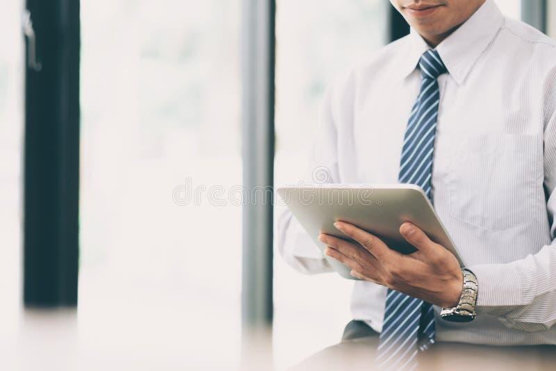Zakenman de planning en analyseert investering marketing gegevens stock foto