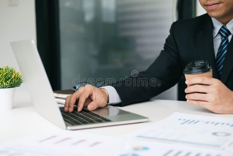 Zakenman de planning en analyseert investering marketing gegevens stock foto's
