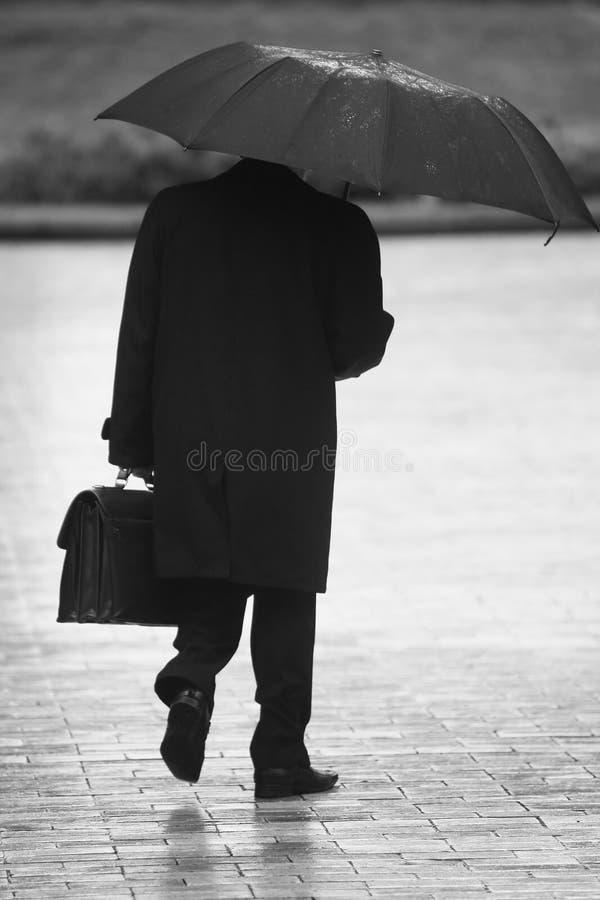 Zakenman in de regen stock foto's