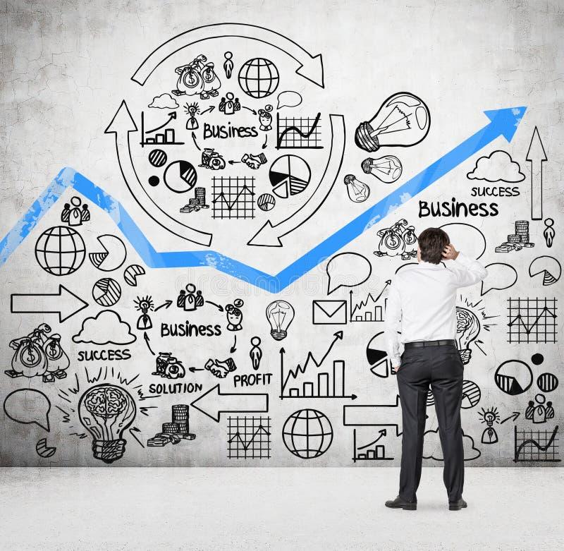 Zakenman die aan businessplan kijken royalty-vrije stock foto
