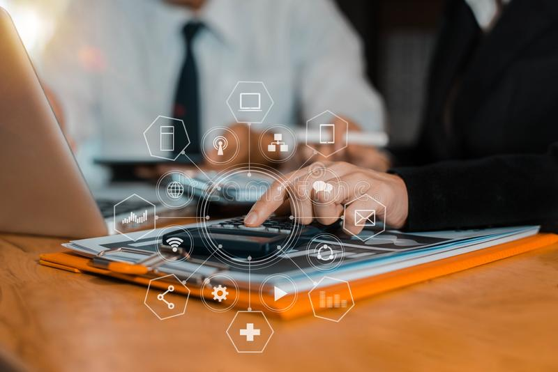 Zakenman die aan calculator werken om financiële gegevens te berekenen royalty-vrije stock afbeelding