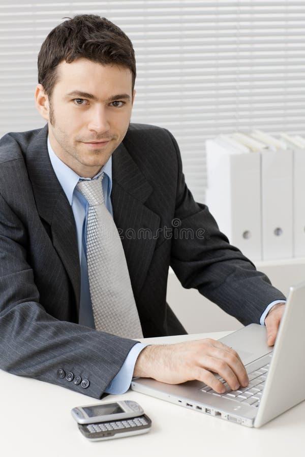 Zakenman die aan computer werkt stock afbeeldingen