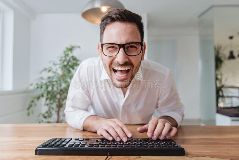 Zakenman die aan een computer werken royalty-vrije stock fotografie