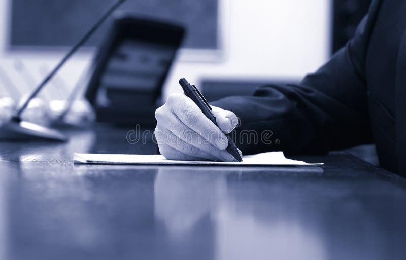 Zakenman die aan het contract, commerciële vergaderingsdetails werken royalty-vrije stock foto