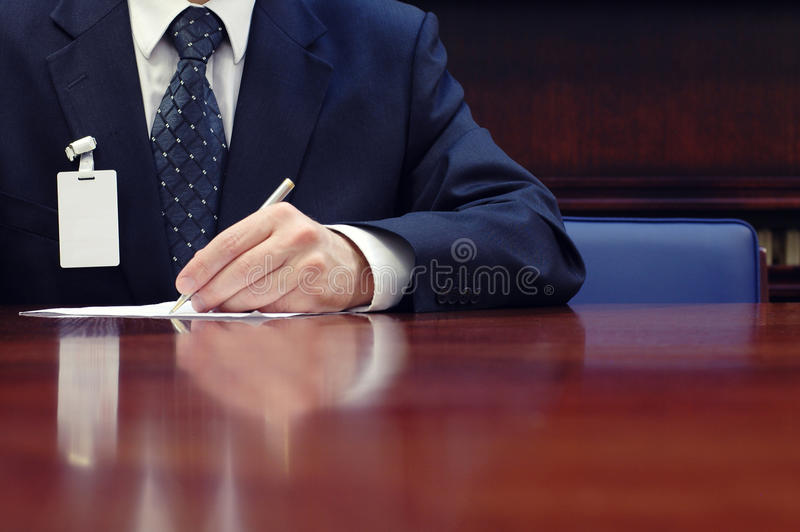 Zakenman die aan het contract werken stock foto's