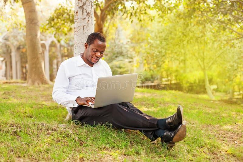 Zakenman die aan laptop in openlucht werkt royalty-vrije stock foto