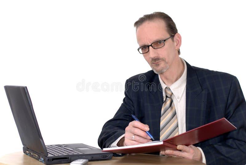 Zakenman die aan laptop werkt stock afbeeldingen