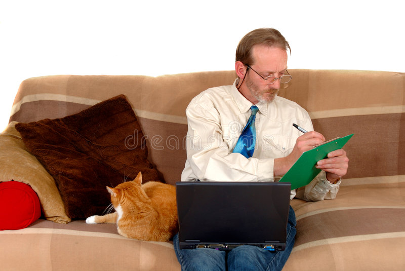 Zakenman die aan laptop werkt stock foto
