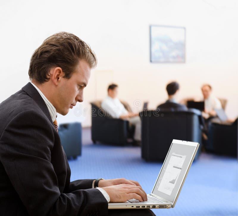 Zakenman die aan laptop werkt royalty-vrije stock foto's