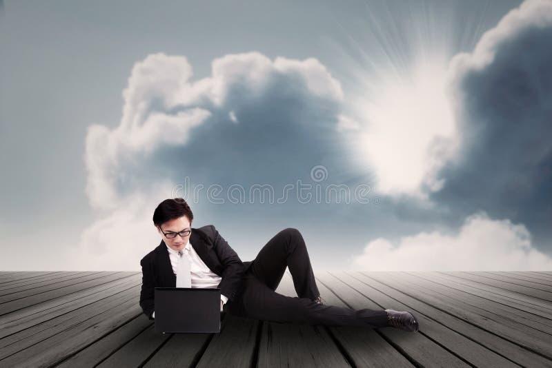 Zakenman die aan openlucht laptop werken stock afbeelding