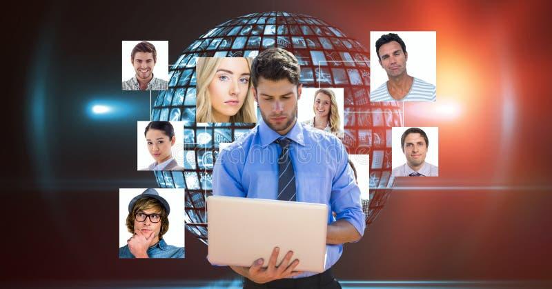 Zakenman die aan zijn laptop voor organisatiegrafiek werken royalty-vrije stock foto