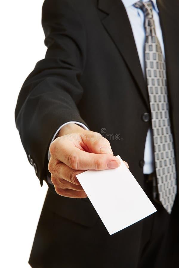 Zakenman die adreskaartje aanbiedt royalty-vrije stock afbeeldingen
