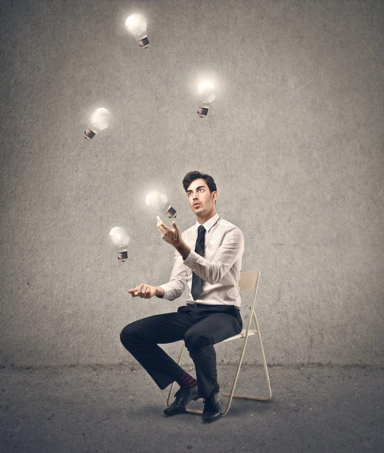 Zakenman die als juggler handelen stock foto