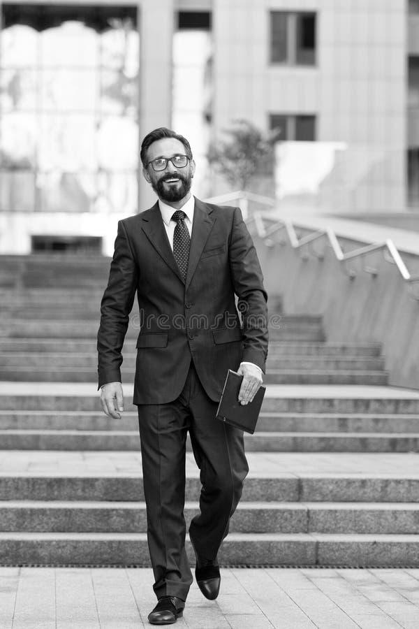 Zakenman die beneden in bureaucentrum lopen met tablet in de hand Succesvolle zakenman gelukkig met besloten overeenkomst royalty-vrije stock foto