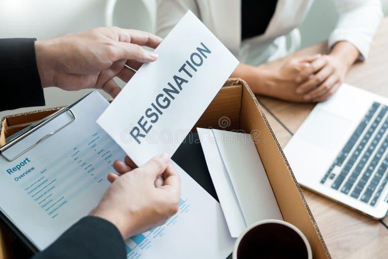 Zakenman die berustingsbrief verzenden naar werkgever chef- Including over berusting van posities en vacatures, die veranderen en royalty-vrije stock foto