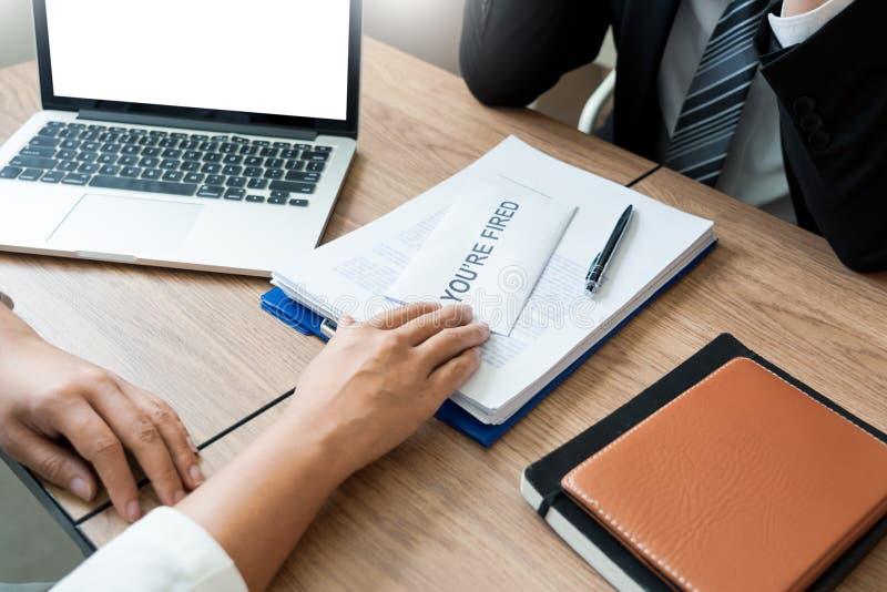 Zakenman die berustingsbrief verzenden naar werkgever chef- Including over berusting van posities en vacatures, die veranderen en royalty-vrije stock afbeeldingen