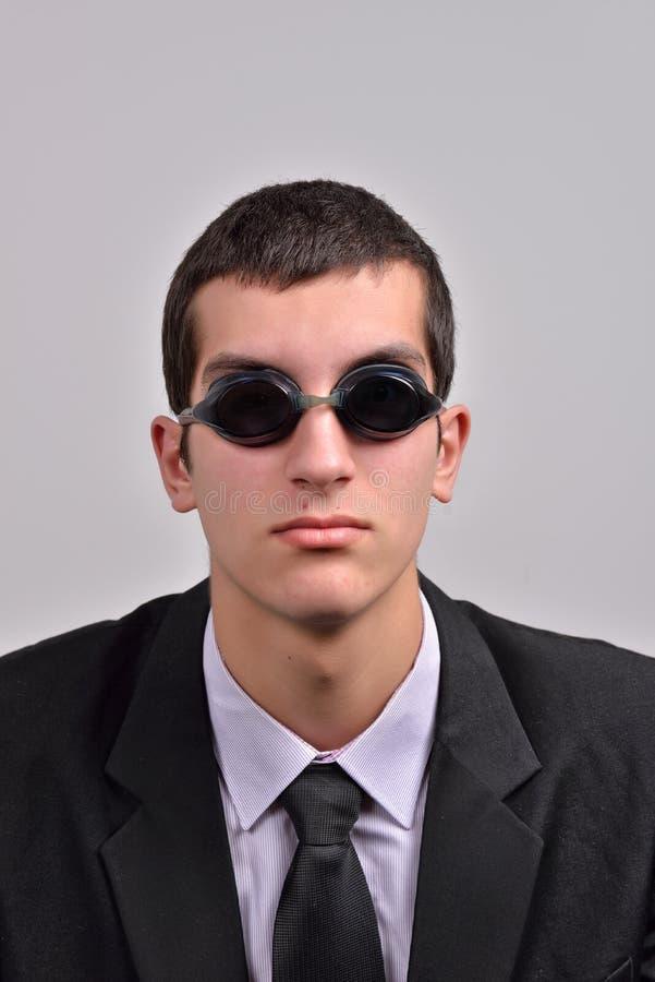 Zakenman die beschermende brillen voor water dragen, die bij va denken stock foto's