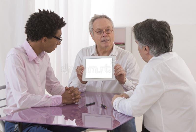 Zakenman die bij een overzicht van de vergaderingsrekrutering spreken stock foto