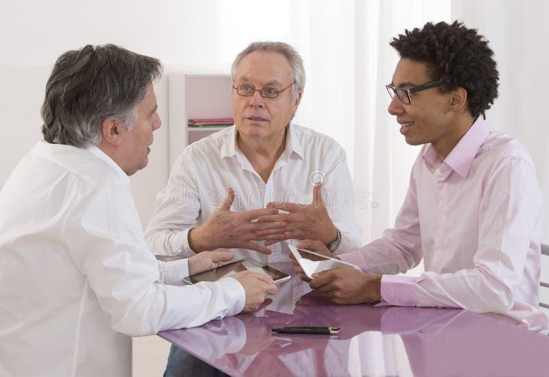 Zakenman die bij een overzicht van de vergaderingsrekrutering spreken stock fotografie