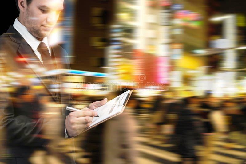 Zakenman die bij spitsuur in de stadsstraat lopen stock foto's