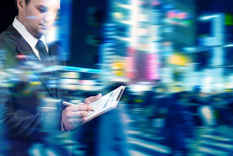 Zakenman die bij spitsuur in de stadsstraat lopen stock afbeeldingen